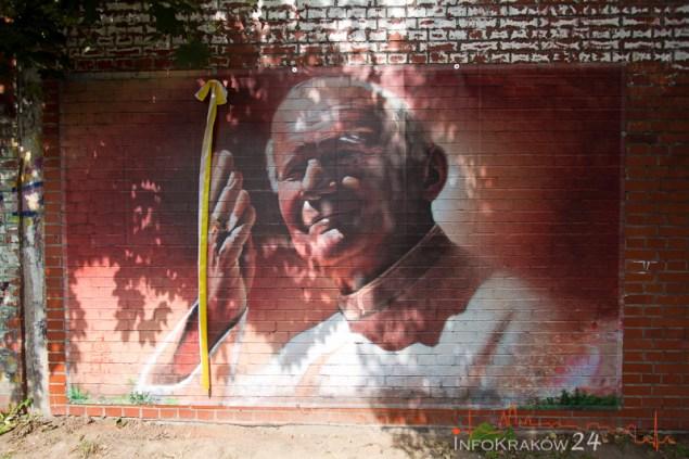 Portret Jana Pawła II powrócił na mór przy al. Kijowskiej. Fot. Jan Graczyński / INFO Kraków24