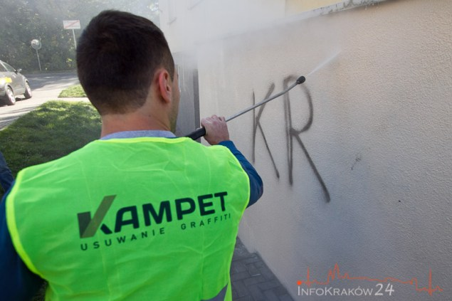 Usuwanie nielegalnego graffiti. Fot. Jan Graczyński / INFO Kraków24