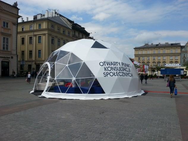 Namiot sferyczny na krakowskim Rynku Głównym. Fot Bogusław Świerzowski / INFO Kraków24