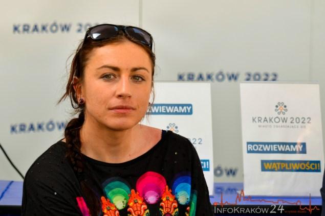 Jedna z najlepszych biegaczek narciarskich na świcie wzięła udział w debacie olimpijskiej w Otwartym punkcie konsultacyjnym na krakowskim Rynku. Fot. Bogusław Świerzowski / INFO Kraków24