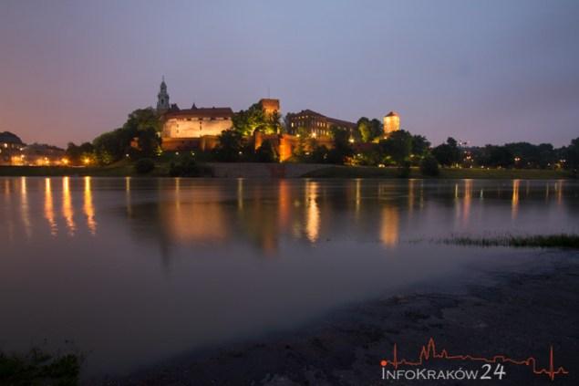 W Krakowie woda wdarła się na bulwary wiślane.  Fot. Jan Graczyński / INFO Kraków24