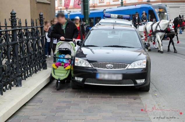 Mistrz parkowania całkowicie zablokował chodnik w centrum Krakowa. Fot. Bogusław Świerzowski/INFO Kraków24