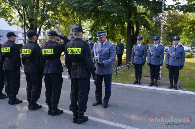 Ślubowanie nowoprzyjętych policjantów. Fot. Bogusław Świerzowski / INFO Kraków24