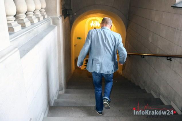 Jan T. wychodzący z magistratu. Fot. Jan Graczyński / INFO Kraków24