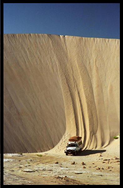 Descente d'une dune de sable en 4x4 à Lucky Bay, en Australie