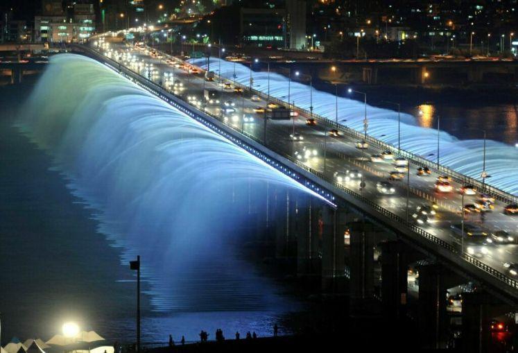 5. Banpo Bridge Fountain, Seoul, South Korea.