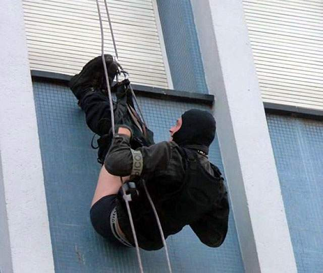 police-rappelling-fail