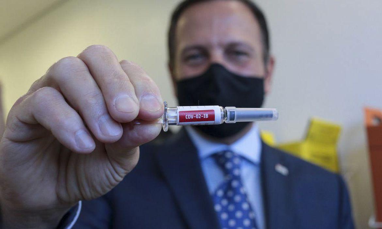João Doria segura uma vacina contra a Covid-19