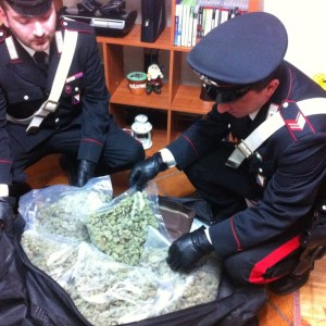 Cinque chilogrammi di marijuana nascosti in camera da letto. Pusher scoperto ed arrestato.