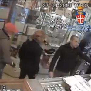 Maddaloni, rapina in gioielleria. Il video dell'assalto