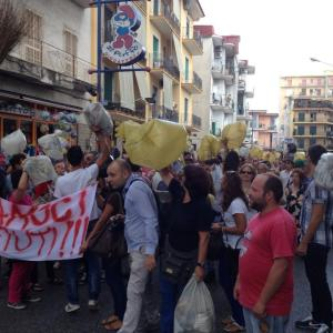 Arzano, emergenza rifiuti; la città è al collasso ma i cittadini restano a casa