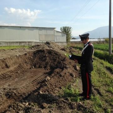 Seppellivano rifiuti speciali in un terreno, 2 denunciati.
