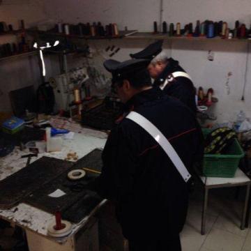 Turni interminabili per cinesi che lavoravano e mangiavano in un garage allestito ad opificio. Denunciato il titolare