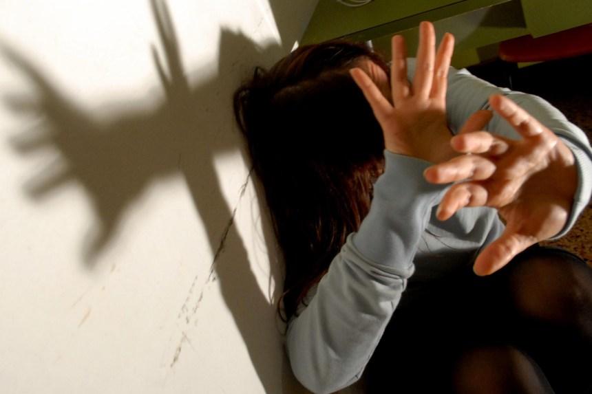 Napoli, ennesima violenza sulle donne. Picchia la moglie e porta via i figli. Arrestato 33enne