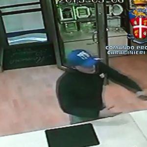 Omicidio appuntato Della Ratta; i carabinieri di Caserta arrestano l'intera banda dedita alle rapine alle gioiellerie. Guarda il video di una rapina.