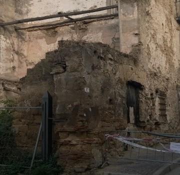Grumo Nevano, rudere pericolante da oltre trent'anni. Abbattimento unica soluzione. Si profila l'ombra della speculazione edilizia