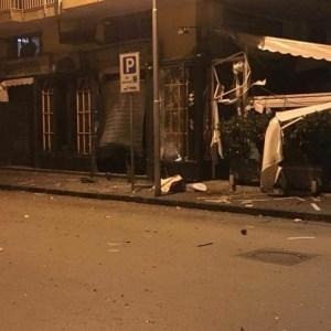 Sant'Antimo, tre esplosioni nel cuore della notte devastano due esercizi commerciali. Nessuna pista esclusa degli inquirenti