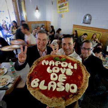 Napoli, De Blasio rieletto sindaco di New York. A Napoli si festeggia da Sorbillo con una pizza che lo celebra augurandogli l'elezione alla Casa Bianca