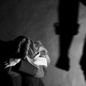 Qualiano, picchiata selvaggiamente dal fidanzato. Arrestato 29enne vicino ad un clan camorristico