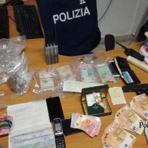Ischia, operazione Narcos; la polizia arresta 5 persone, sequestra oltre un chilogrammo di droga e 46 mila euro. Guarda il video