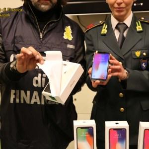Casoria, Iphone X ed orologi di lusso abilmente contraffatti con tanto di garanzia. Sequestrati dalla Guardia di Finanza due depositi di stoccaggio