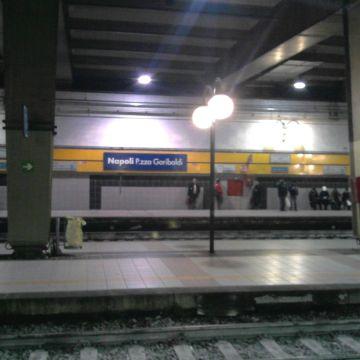 Napoli, allarme sicurezza alla stazione Garibaldi. Pregiudicato tenta di violentare un ragazzo nei bagni della stazione