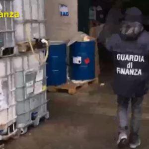 Coronavirus, ad Arzano sequestrate 773 confezioni di igienizzante illegale. La fabbrica a Frattamaggiore. Il video