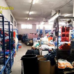Sequestrati 63 tonnellate di abiti usati destinati al mercato di Resina ad Ercolano