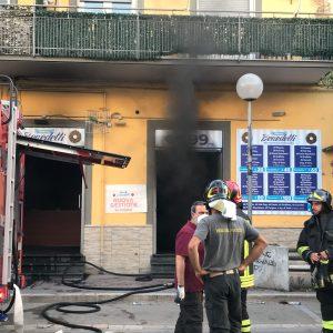"""Grumo Nevano, incendio alla pasticceria """"Benedetti"""". Paura tra i residenti"""