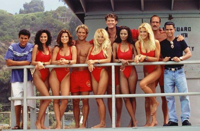Los protagonistas de Los Vigilantes de la Playa posando a cámara