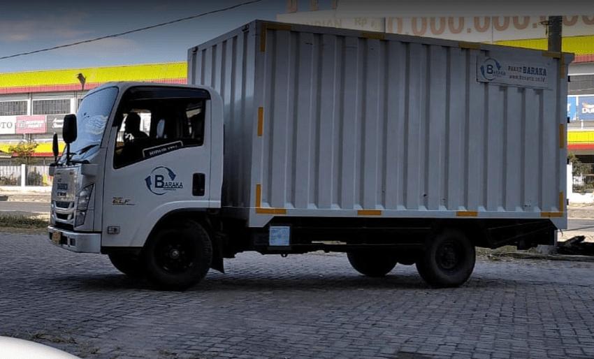 truk baraka express mengantar paket