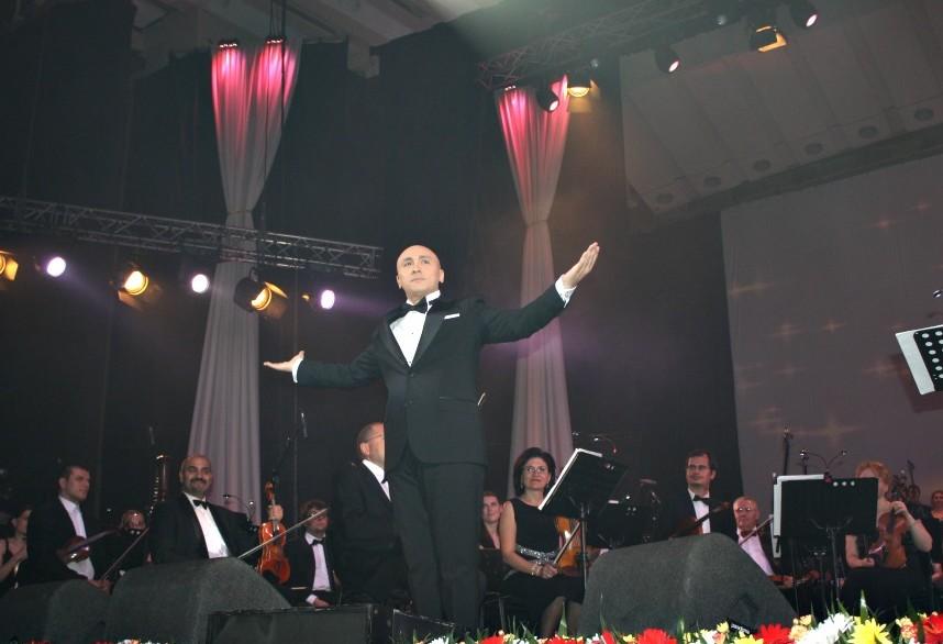 Succes fulminant pentru Marcel Pavel la Sala Palatului! Aplaudat de 5000 de spectatori la scenă deschisă!