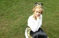 Vezi ce artistă româncă poartă costumul popular cu mândrie în SUA!
