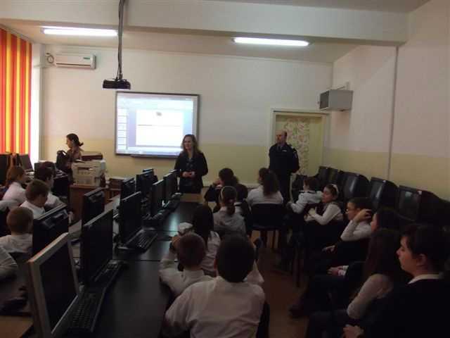 """Peste 200 de elevi de la Şcolile Gimnaziale """"Remus Opreanu"""" şi """"Mihai Viteazul"""" din Constanţa au aflat cum pot preveni şi combate actele de violenţă şi consumul de substanţe psihotrope"""