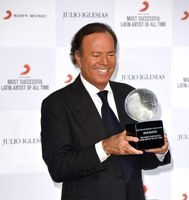 """Julio Iglesias a obtinut trofeul """"Cel mai de succes artist latin al tuturor timpurilor"""""""