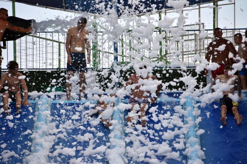 """Eforie Aqua Park. Bătaie cu spumă colorată pe tobogane, fumigene și """"bumper cars"""