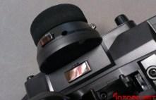 Bajo el volante se reduce el botón de pulsador y se incorpora uno nuevo bajo el pulgar. En la foto además se puede apreciar el agujero por el que podremos regular la fuerza de retorno del volante, con la ayuda de una llave allen de 1.5mm