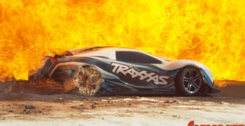 Video - Estrellando un coche RC a 160 KmH contra otro a la misma velocidad, contra harina, contra una cortina de fuego...