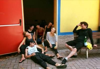 Volpini e i danzatori durante una pausa