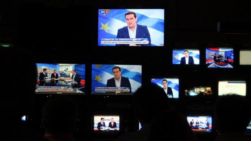 Alexis Tsipras se ve en varias pantallas