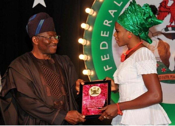 Okagbare Presenting a plaque to President Goodluck Jonathan During a Presidential Gala in Aso Rock.