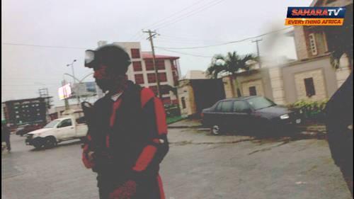 NDLEA AGENTS OUTSIDE SENATOR-ELECT BURUJI KASHAMU'S RESIDENCE IN LAGOS. CREDIT: SAHARA REPORTERS MEDIA