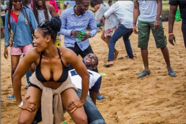 beac1 600x400 - B*obs-baring Lady and Boyfriend Dance Dirty at the Lagos Beach (Photos)