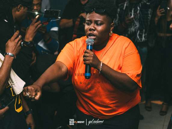 teni - Oh wow! Teni Entertainer transforms as she wears a wig