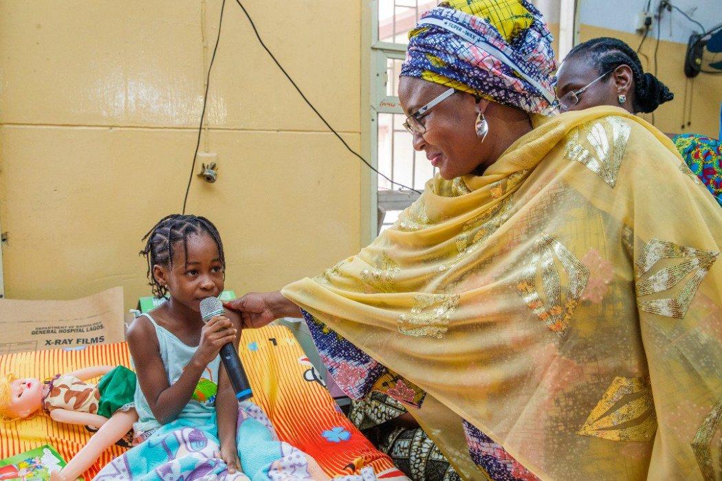 D1z CpsXgAAftUR - [Pictures] Aisha Buhari visits victims of collapsed building