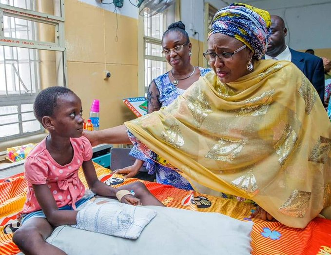 D1z9otWX4AAtSyr - [Pictures] Aisha Buhari visits victims of collapsed building