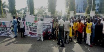 Protesters Storm APC National Secretariat, Demand Oshiomhole's Resignation