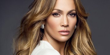 Nigerian Lady Calls Out Jennifer Lopez For Using iPhone X (Photograph)