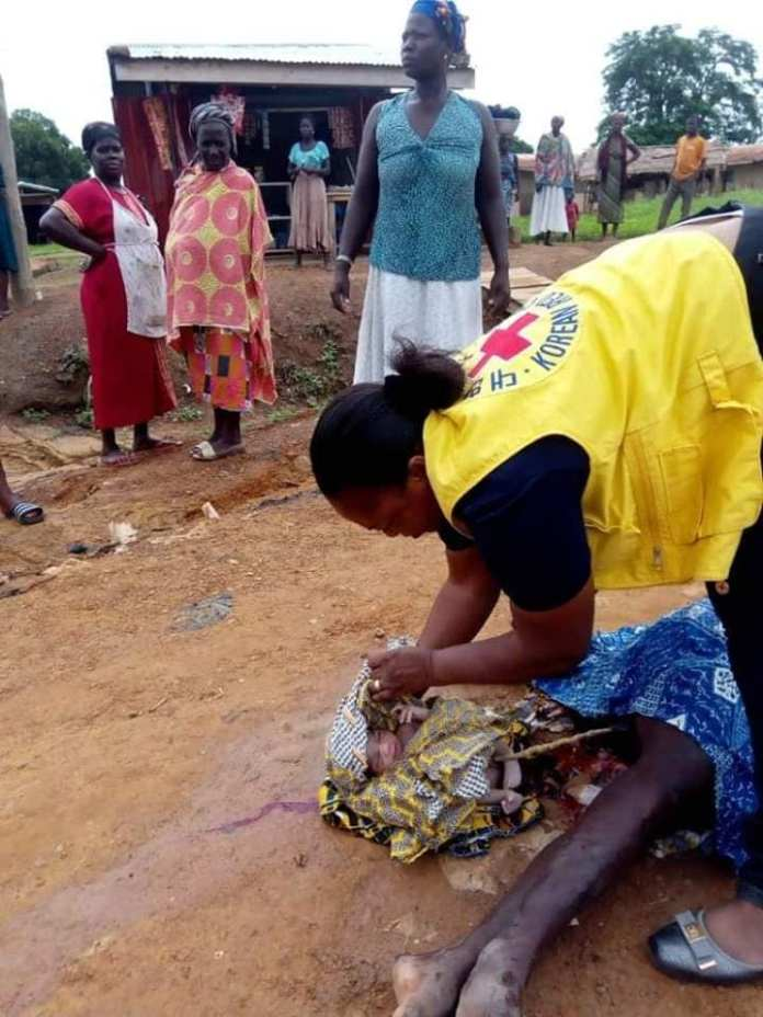 Woman gives birth on the roadside