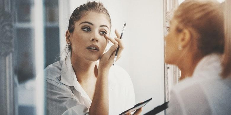 How To Apply Eye Shadow According To Experts?